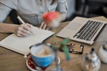 Content Marketing kobieta pisze obok laptopa