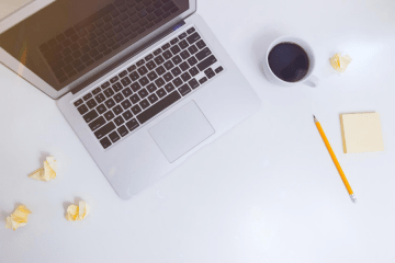laptop kawa analizowanie facebook ads